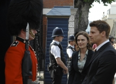 "Emily Deschanel & David Boreanaz in ""Yanks in the U.K., Part 1 & 2\"" - Cr: Jay Maidment/FOX"