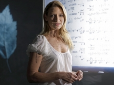 FRINGE: Agent Olivia Dunham (Anna Torv) investigates a disturbing pattern that blurs the line between the possible and the impossible on FRINGE premiering Tuesday, Sept. 9 (8:00-9:30 PM ET/PT) on FOX. ©2008 Fox Broadcasting Co. Cr: George Holz/FOX