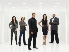Mark Valley (C) returns in the Human Target S.2 premiere.