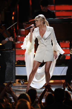 Carrie Underwood Performs on the American Idol Season 7 Finale